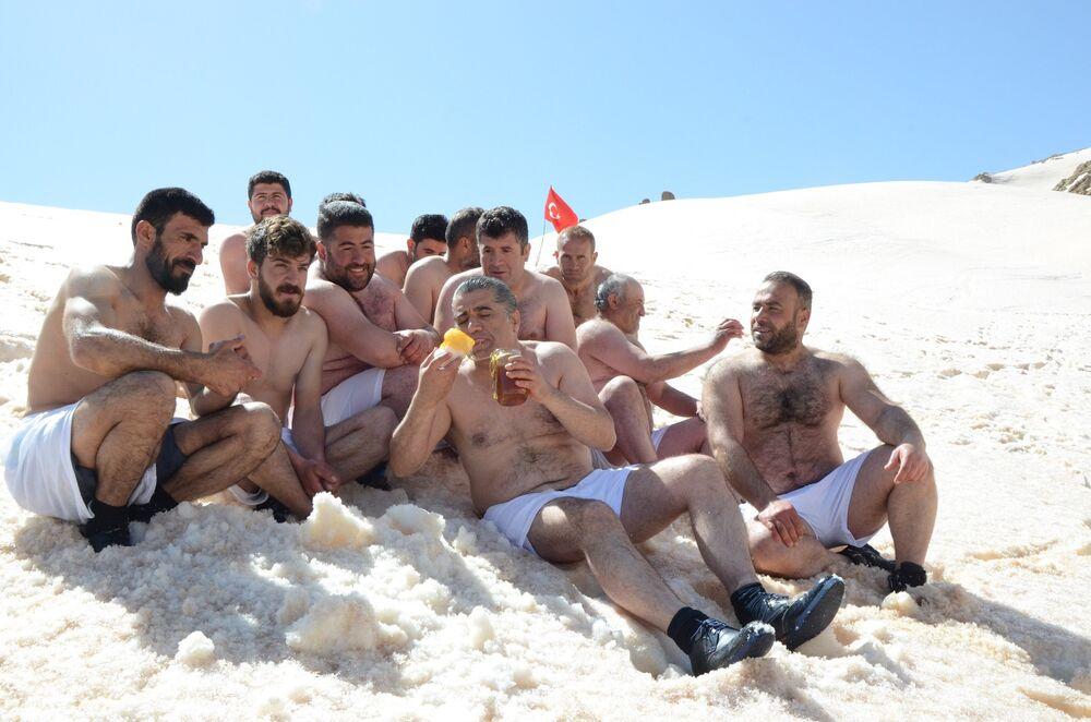 Obeziteye dikkat çekmek için kar banyosu yaptılar