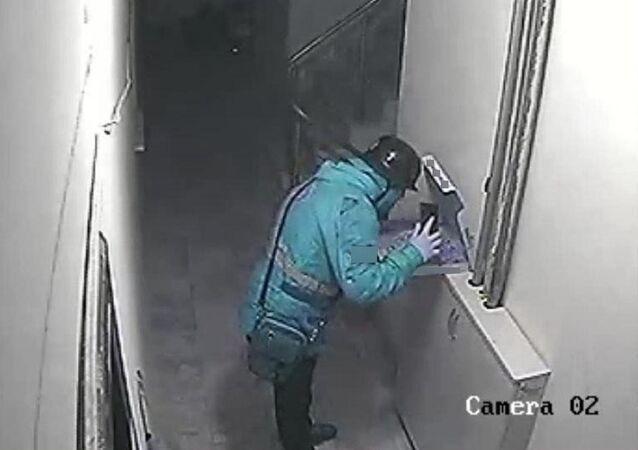 Eskişehir'de kurye, pizzaya tükürürken güvenlik kamerasına yakalandı
