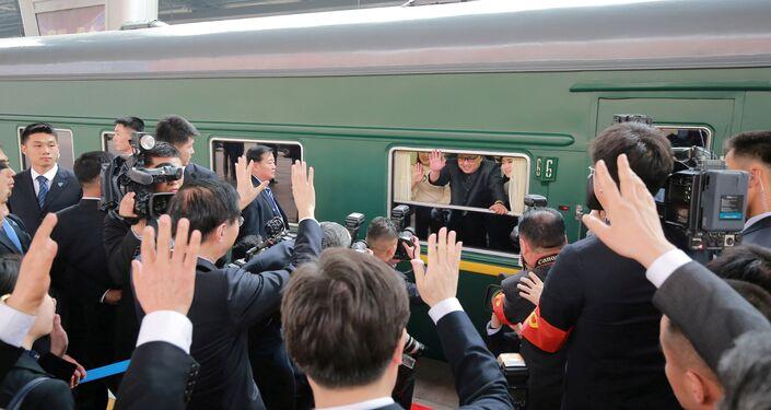 Güney Kore basınına göre Kuzey Kore'nin liderler için kullanılan 90 özel vagonu bulunuyor. Bir yurtdışı ziyareti söz konusu olduğunda 3 tren kullanıldığı biliniyor: Rayları kontrol etmek için önden gönderilen bir tren, lideri taşıyan tren ve geri kalanları taşıyan diğer bir tren. Liderin emir vermesi, haberleri takip etmesi ve brifinglerde bulunması için de kendisini taşıyan trene gelişmiş iletişim sistemleri monte ediliyor. Kim'in uçakta uçmaktan korktuğu bilinen babası Kim Jong-il de trenle uzun yolculuklara çıkmıştı.