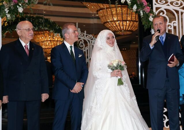 Cumhurbaşkanı Recep Tayyip Erdoğan, AK Parti İstanbul Milletvekili Fatma Benli ile Uğur Yalçın'ın bir otelde düzenlenen nikah törenine katıldı. Cumhurbaşkanı Erdoğan'ın çiftin şahitliğini yaptığı törende, TBMM Başkanı İsmail Kahraman da yer aldı.