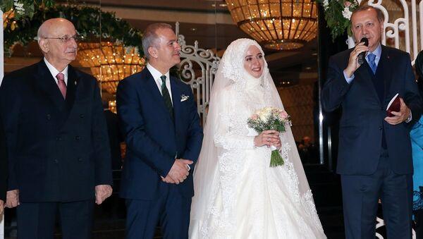 Cumhurbaşkanı Recep Tayyip Erdoğan, AK Parti İstanbul Milletvekili Fatma Benli ile Uğur Yalçın'ın bir otelde düzenlenen nikah törenine katıldı. Cumhurbaşkanı Erdoğan'ın çiftin şahitliğini yaptığı törende, TBMM Başkanı İsmail Kahraman da yer aldı. - Sputnik Türkiye