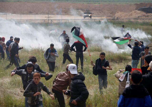 İsrail ordusu Gazze sınırında çadırlı eylem yapan Filistinliler'e göz yaşartıcı gazla müdahale etti