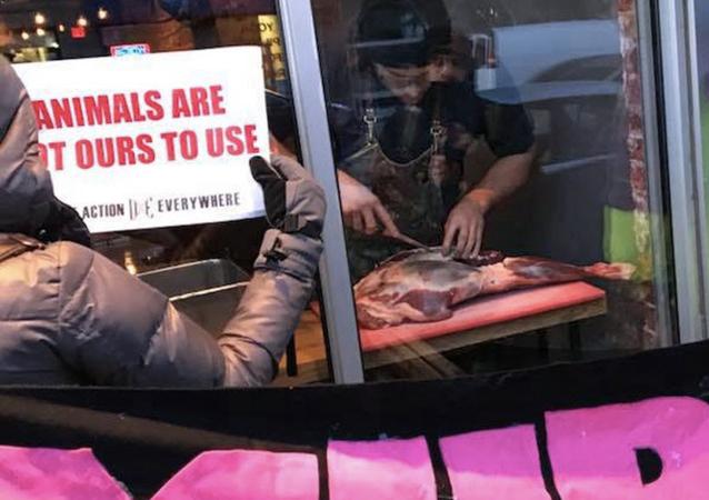 Vegan protestoculardan bıkan restoran sahibi eylemcilerin gözü önünde et yedi