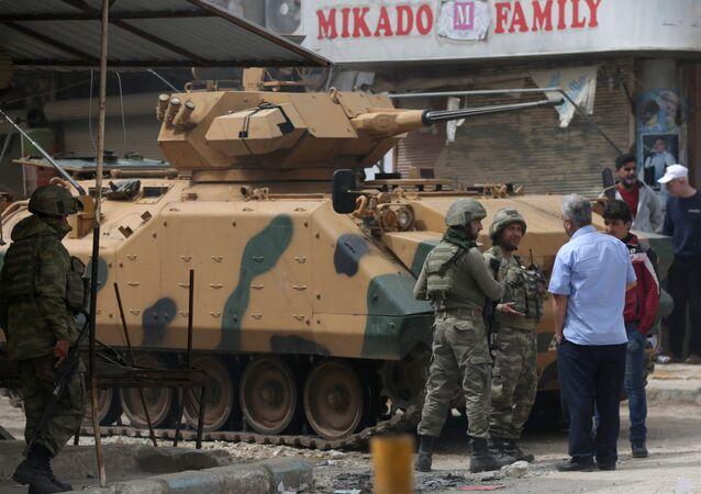 TSK Türk askerleri Afrin merkezde halkla konuşuyor