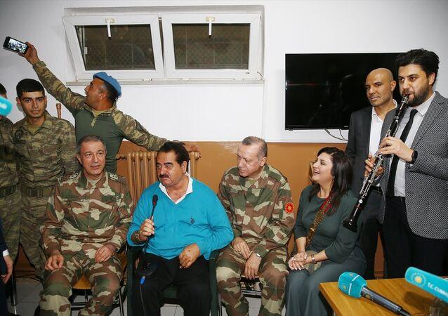 Cumhurbaşkanı Erdoğan ile Zeytin Dalı Harekatı'na destek vermek ve askerlerle buluşmak için Hatay'a gelen çok sayıda sanatçı ve sporcu da Oğulpınar Hudut Karakoluna geldi.
