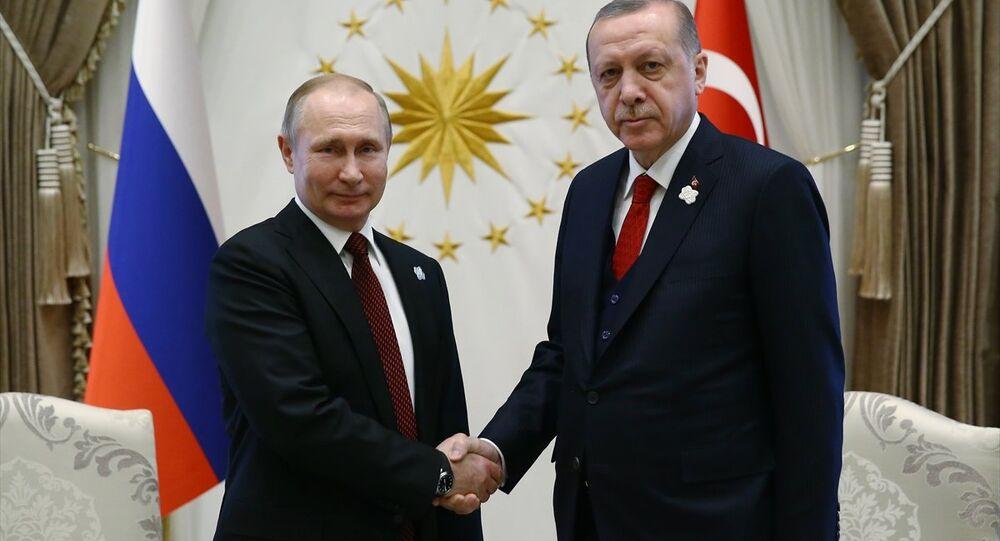 Cumhurbaşkanı Recep Tayyip Erdoğan (sağda) ve Rusya Federasyonu Devlet Başkanı Vladimir Putin (solda), Cumhurbaşkanlığı Külliyesi'nde başbaşa görüştü.