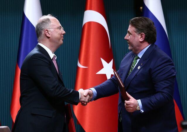 Rusya Doğrudan Yatırım Fonu ile Türkiye Varlık Fonu arasında ortak yatırım anlaşması imzalandı. Türkiye adına anlaşmayı Cumhurbaşkanı Başdanışmanı Yiğit Bulut imzaladı.