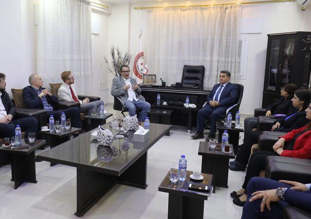 Lordlar Kamarası mensubu Maurice Glasman ile milletvekili Lloyd Russell-Moyle dahil İngiliz İşçi Parti'sinden siyasetçiler, Kuzey Suriye'de ilkin Kamışlı'yı ziyaret etti, Abdülkerim Ömer'in aralarında bulunduğu PYD'lilerle görüştü. 3 Nisan 2018