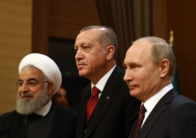 Cumhurbaşkanı Recep Tayyip Erdoğan, Rusya Devlet Başkanı Vladimir Putin (sağda) ve İran Cumhurbaşkanı Hasan Ruhani (solda)