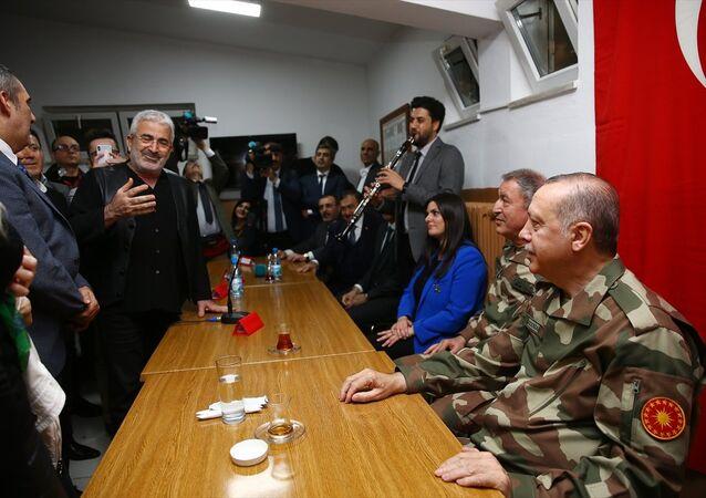 Cumhurbaşkanı  Erdoğan, sınır birliklerini ve Hatay'ın Reyhanlı ilçesindeki Oğulpınar Hudut Karakolunu ziyaret etti. Cumhurbaşkanına Hatay'a gelen çok sayıda sanatçı ve sporcu da eşlik etti.