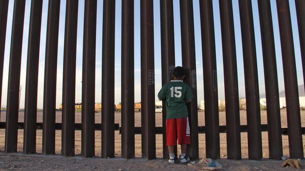 ABD-Meksika sınırı, Ciudad Juarez'deki duvarda Meksikalı çocuk - Sputnik Türkiye