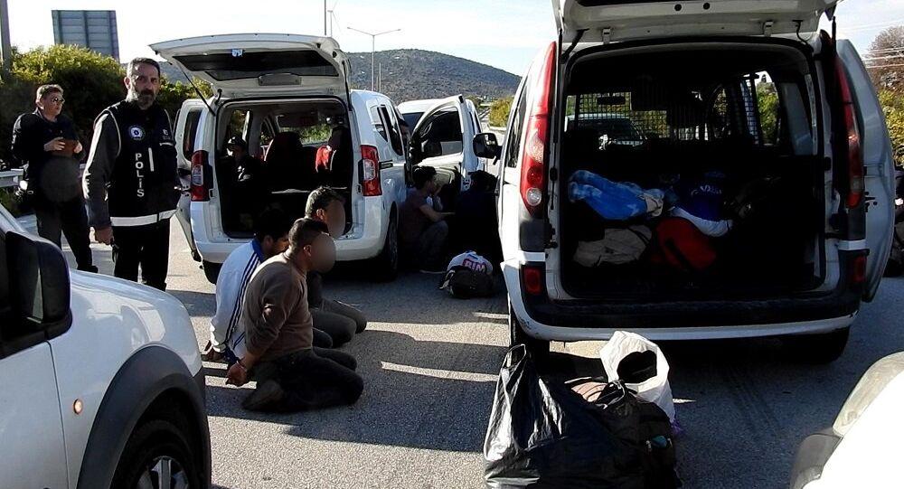 Çeşme otoyolu gişelerinde kaçak göçmen operasyonu