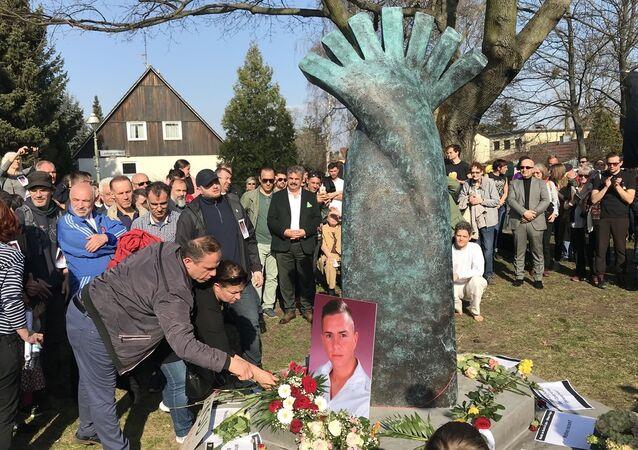 Almanya'da, öldürülen Türk genci Burak Bektaş için anıt dikildi