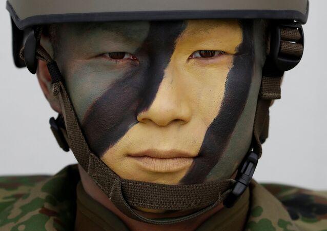 Japon ordusundan 'Amfibi Hızlı Konuşlanma Birliği'ne (ARDB) mensup bir asker