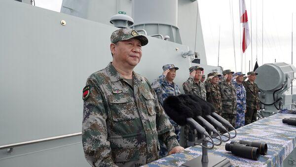 Çin Merkezi Televizyonu'nun (CCTV) haberine göre, Şi, Çin Komünist Partisi (ÇKP) Merkezi Askeri Komitesi Genel Sekreteri ve Merkezi Askeri Komisyon Başkanı olarak Başkomutan sıfatıyla, Güney Çin Denizi'nde yapılan donanma geçit töreninde Liaoning uçak gemisinin yanı sıra 48 savaş gemisi ve deniz altı, 76 savaş uçağı ve 10.000'den fazla bahriyeliyi selamladı. - Sputnik Türkiye