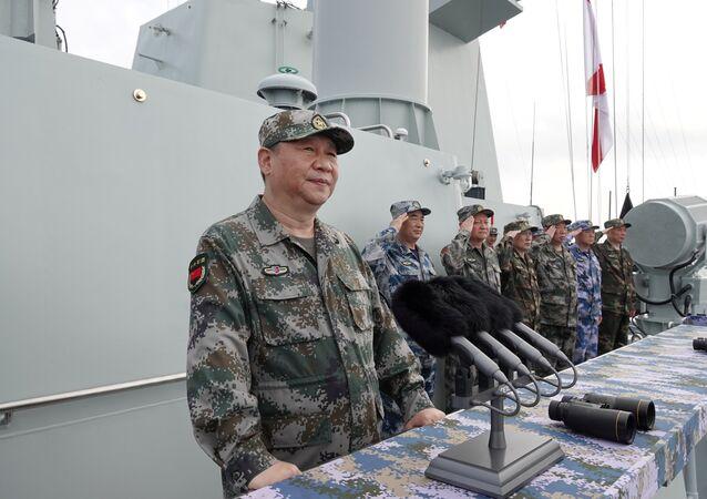 Çin Merkezi Televizyonu'nun (CCTV) haberine göre, Şi, Çin Komünist Partisi (ÇKP) Merkezi Askeri Komitesi Genel Sekreteri ve Merkezi Askeri Komisyon Başkanı olarak Başkomutan sıfatıyla, Güney Çin Denizi'nde yapılan donanma geçit töreninde Liaoning uçak gemisinin yanı sıra 48 savaş gemisi ve deniz altı, 76 savaş uçağı ve 10.000'den fazla bahriyeliyi selamladı.