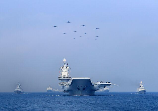 Güney Çin Denizi, ABD ile Çin arasında potansiyel çatışma riski taşıyan bir bölge. ABD, bölgede askeri ekipman bulundurma kabiliyetine sahip bir dizi yapay adacık inşa eden Çin'in faaliyetlerinin stratejik su yollarındaki seyrüsefer serbestisini tehdit ettiğini savunuyor. Pekin ise adalarının yakınlarında ABD'ye ait savaş gemilerinin seyrüfsefer serbestisi operasyonları yapmasını düzenli olarak protesto ediyor