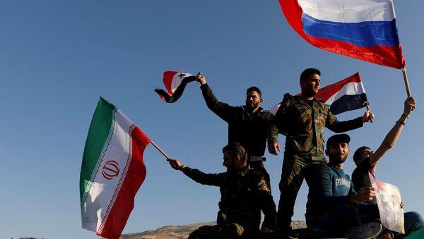 Şam'da ABD öncülüğündeki saldırıyı protesto edenler Suriye bayrağının yanı sıra Rusya ve İran bayrakları da açtı - Sputnik Türkiye