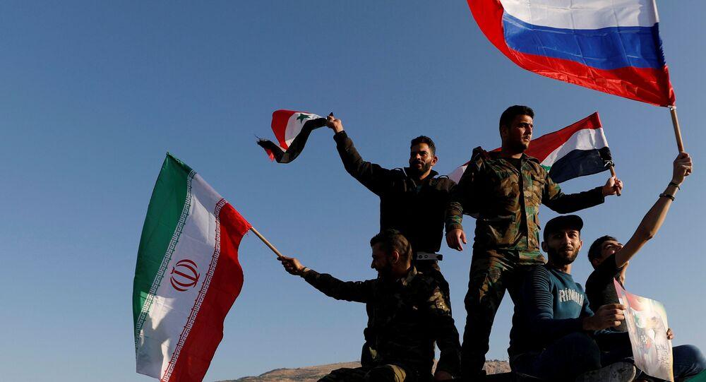 Şam'da ABD öncülüğündeki saldırıyı protesto edenler Suriye bayrağının yanı sıra Rusya ve İran bayrakları da açtı