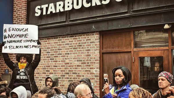 Starbucks, sipariş vermek için arkadaşlarını bekleyen müşterileri gözaltına aldırdı - Sputnik Türkiye
