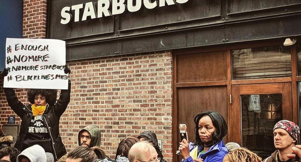 Starbucks, sipariş vermek için arkadaşlarını bekleyen müşterileri gözaltına aldırdı