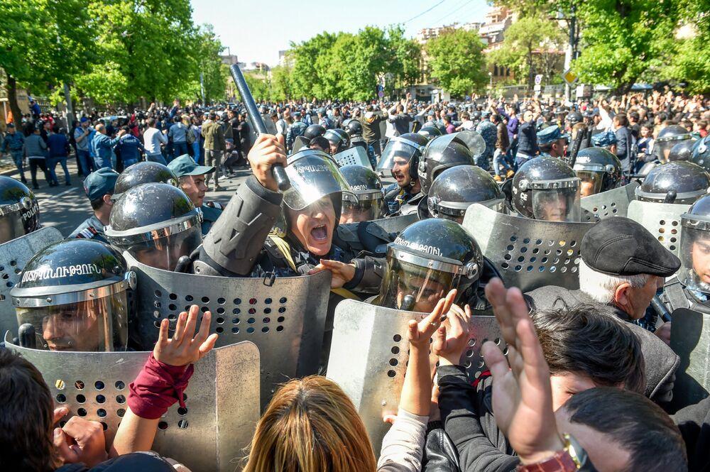 Erivan'ın Bagramyan Caddesi'nde protestocular ile  polis arasında yaşanan  çatışmalar.