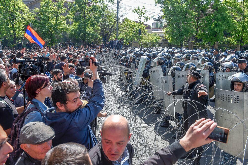 Erivan'daki Bagramyan Caddesi'nde protestocular ile polis arasında dikenli tel yerleştirildi.