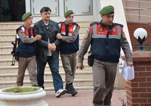 Aralarında muvazzaf askerlerin de bulunduğu 357 sanığın beraatiyle sonuçlanan İzmir'deki askeri casusluk davasının meslekten ihraç edilen savcısı Zafer Kılınç, Yunanistan'a kaçmaya çalıştığı sırada yakalandı.