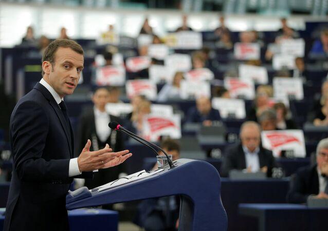 ABD'nin Suriye saldırısına 'uluslararası toplumun onuru' adına katıldıklarını savunan Fransa Cumhurbaşkanı Emmanuel Macron'u Avrupa Parlamentosu üyeleri protesto etti.