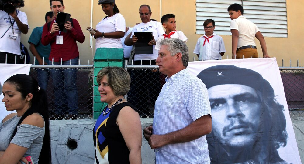Küba, Santa Clara, ulusal ve yerel meclis seçimleri oy atma sırasında Miguel Diaz-Canel ve eşi Lis Cuesta