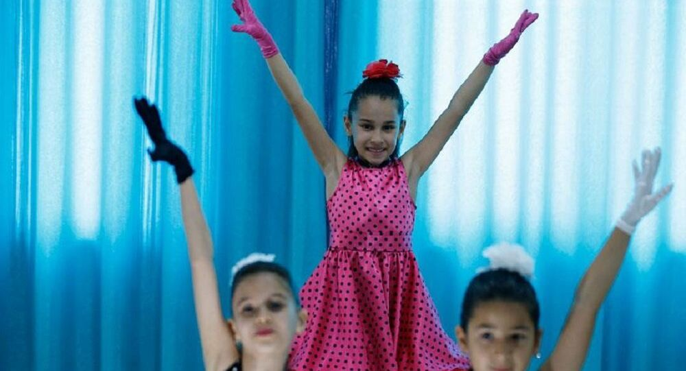 Türk ve Rus çocuklar el ele dans ediyor