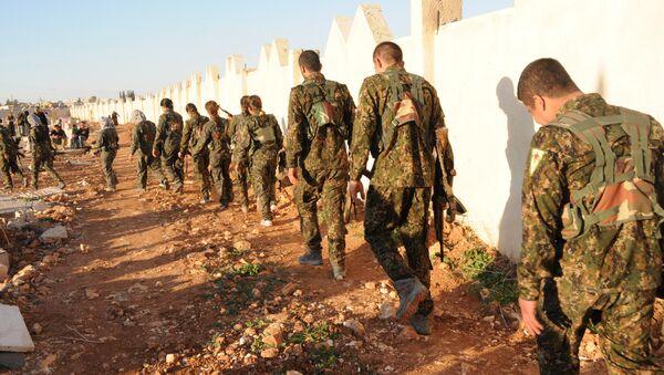 Menbiç Askeri Meclisi Genel Komutanı Ebu Adıl, kentin IŞİD'in elinden alınmasından sonra YPG ve DSG'nin resmi bir şekilde Fırat'ın doğusuna geri çekildiklerini savundu. - Sputnik Türkiye