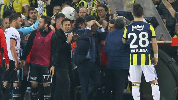 Fenerbahçe-Beşiktaş derbisinde Şenol Güneş yaralandı - Sputnik Türkiye
