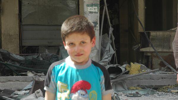 Beyaz Miğferler'in 'kimyasal saldırı' videosunda yer alan çocuklardan biri, 10 yaşındaki Mustafa - Sputnik Türkiye