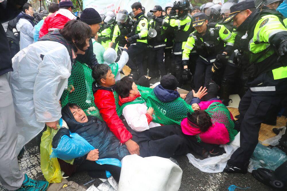 Binlerce polis yaklaşık 200 eylemciye müdahale ederken onlarcası polise direndi. Güney Kore hükümeti ise planlanan inşaat faaliyetinin üste konuşlu ABD ve Güney Kore askerlerine konaklama ve güç kaynaklarını geliştirmede yardımcı olma amacında olduğunu savunuyor. Bir savunma bakanlığı yetkilisi Seongju'daki askerlerin yaşam standartlarını geliştirmek zorunlu. Bunu daha fazla erteleyemeyiz. O nedenle bakanlık bugün inşaat için gerekli olan işçilerin ve malzamelerin konuşlandırmasını başlattı dedi.