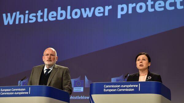 AB Komisyonu Birinci Başkan Yardımcısı Frans Timmermans ve AB Komisyonu'nun Adaletten Sorumlu Üyesi Vera Jourova - Sputnik Türkiye