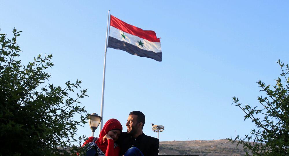 Şam'daki bir parkta oturan bir çift