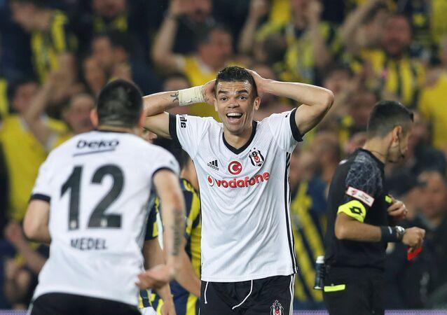 Ziraat Türkiye Kupası'nda çıkan olaylar nedeniyle 57. dakikada tatil edilen Fenerbahçe-Beşiktaş maçı, doğrudan kırmızı kart gören Pepe