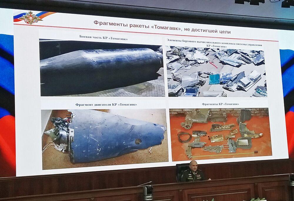 Rusya Genelkurmay Başkanlığı, etkisiz hale getirilen Tomahawk füzelerinin parçalarını sergiledi.
