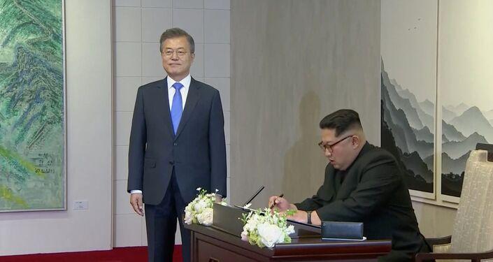 Ziyaretçi defterine yazan Kuzey Kore lideri Kim Yeni bir tarih başlıyor ifadesini kullandı.