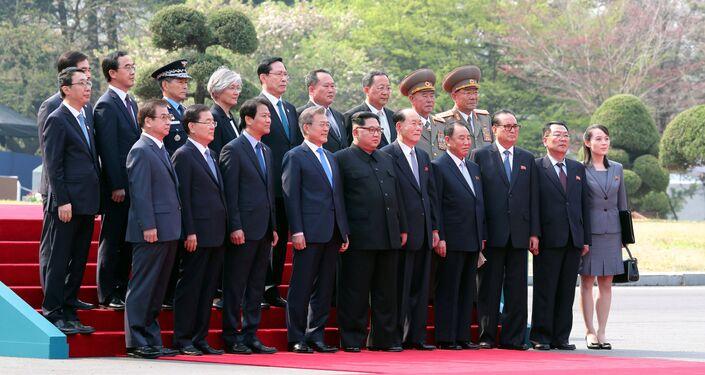 Güney Koreli ve Kuzey Koreli heyetler görüşme öncesi toplu halde fotoğraf çektirirken