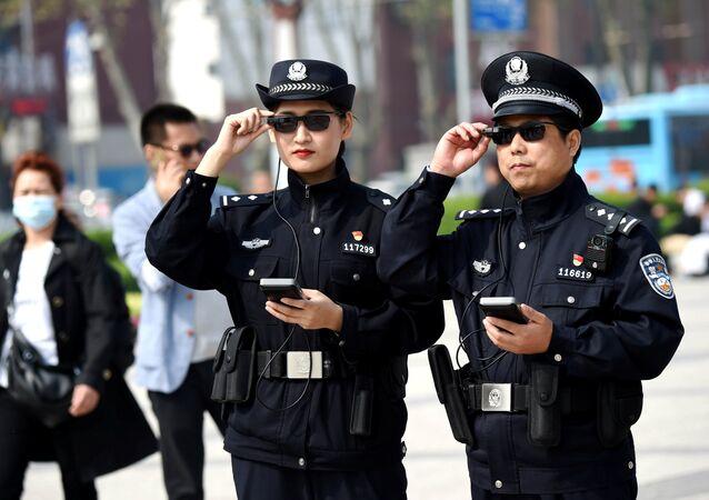 Akıllı gözlük kullanan Çin polisleri