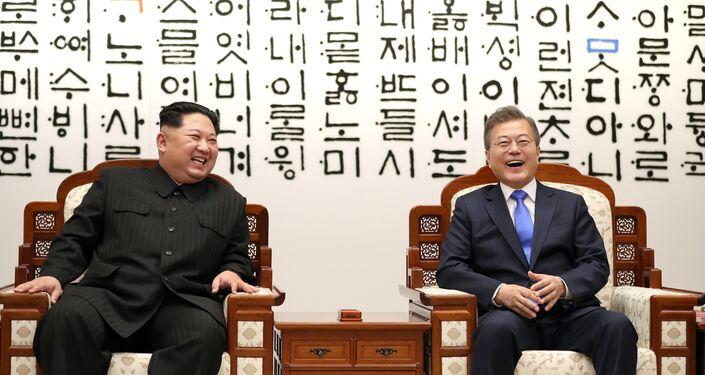 Kuzey Kore lideri Kim ve Güney Kore lideri Moon, Barış Evi'nde