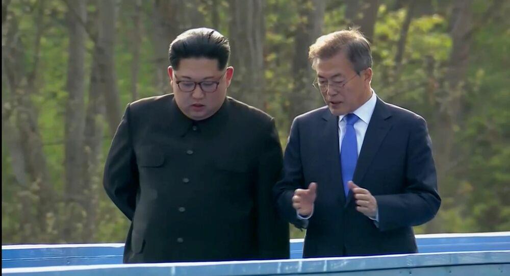 Güney Kore Devlet Başkanı Moon Jae-in ve Kuzey Kore lideri Kim Jong-un Panmunjom Ateşkes Köyü'ndeki zirve sırasında konuşurken