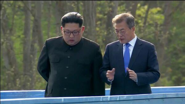 Güney Kore Devlet Başkanı Moon Jae-in ve Kuzey Kore lideri Kim Jong-un Panmunjom Ateşkes Köyü'ndeki zirve sırasında konuşurken - Sputnik Türkiye