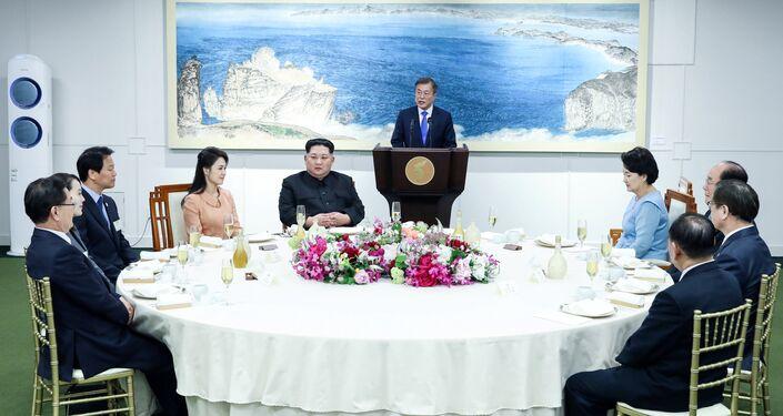 Deklarasyonun imzalanmasının ardından Kim ve Moon eşleri ile birlikte akşam yemeğinde bir araya geldi