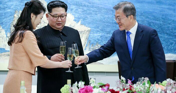 Akşam yemeğinde bir araya gelen Güney Kore lideri Moon ve Kuzey Kore lideri Kim eşleri ile birlikte kadeh kaldırdı
