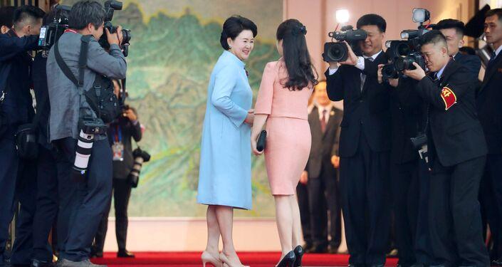 Kuzey Kore lideri Kim'in eşi Ri Sol Ju ve Güney Kore lideri Moon'un eşi Kim Jung-suk akşam yemeğinde samimi şekilde görüntülendi