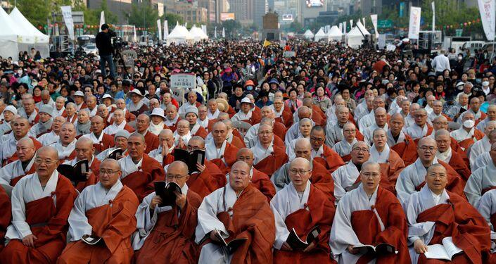 Seul'de toplanan yüzlerce Budist rahip ve Budist zirvenin iyi geçmesi için topluca dua etti