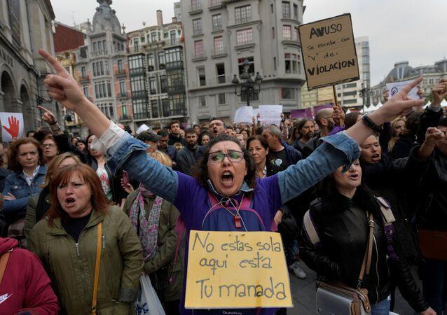 2016'da Pamplona kentindeki San Fermin festivali sırasında 18 yaşındaki bir kadına toplu tecavüzle suçlanan 5 erkeğin cinsel taciz suçundan ceza alması İspanya'nın başkenti Madrid, Barcelona, Sevilla, Bilbao ve Valencia dahil çok sayıda kentte  binlerce kişi tarafından protesto edildi. Kararın verildiği Navarra bölge mahkemesinden yürüyüşe geçen eylemciler de Bu taciz değil tecavüz sloganları attı. Polis eylemcileri mahkeme kapısında durdururken bazı eylemcilerle polis arasında arbede yaşandı.